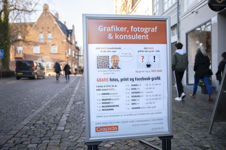 Gadeskilt kampagne – Vigtigt at dit hovedbudskab kommer igennem. Her er det, at her ligger en grafiker, fotograf & konsulent. Budskabet sat øverst i øjenhøjde.